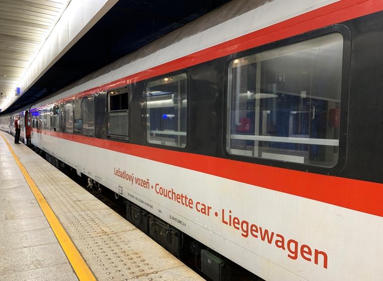 Een tågvagn med texten couchette car - Liegewagen.