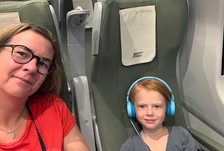 En kvinna och ett barn sitter på ett tåg.