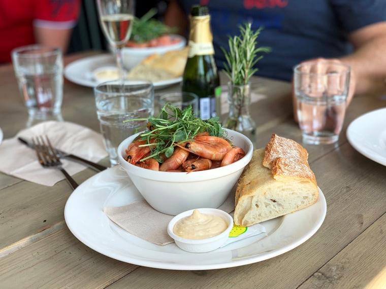 En skål med räkor, aioli och bröd.
