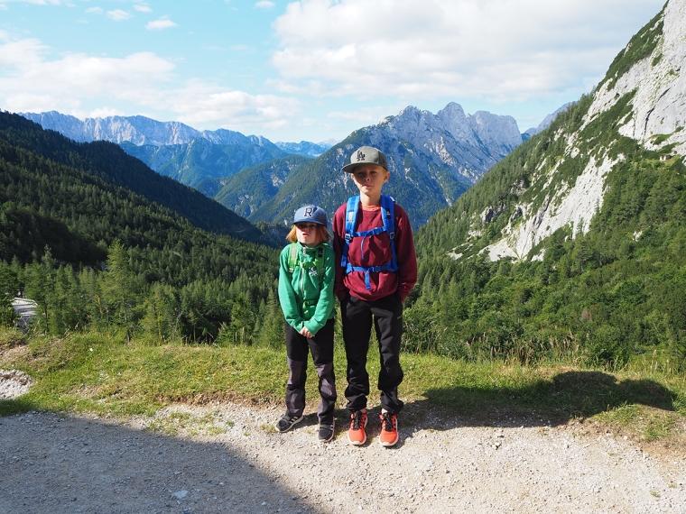Två barn med berg i bakgrunden