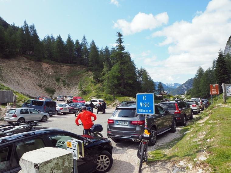 En väg full med bilar.