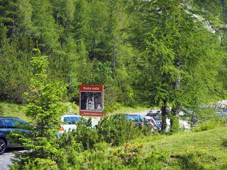 En väg med en skylt med texgen Ruska cesta.