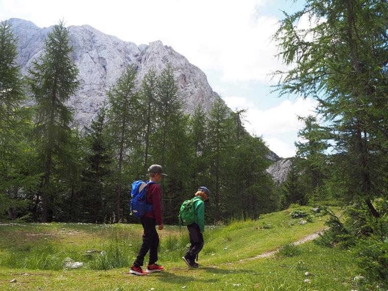 Två barn som vandrar med berg i bakgrunden