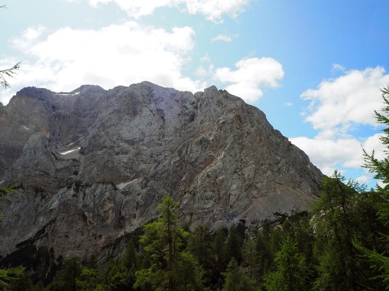 En bergskam i motljus.