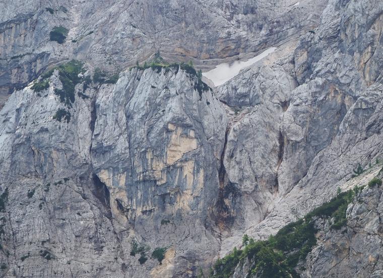 En bergvägg där man kan ana ett kvinnoansikte.