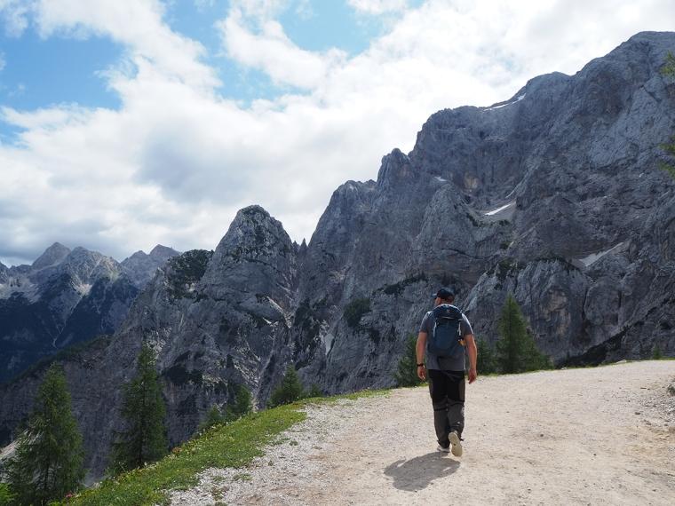 En man med berg i bakgrunden.