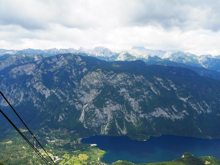 Hissnande utsikt över en bergskedja.