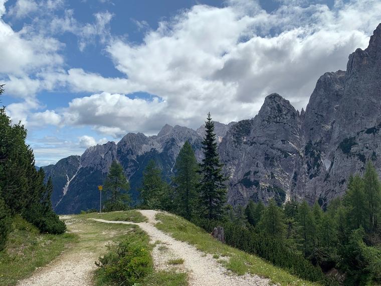 En stig med en bergskedja i bakgrunden.