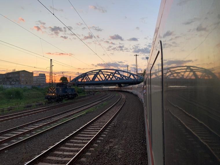 Ett långt tåg i solnedgång.