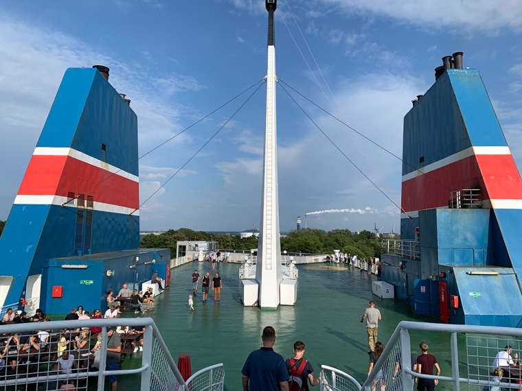 Ett gönt däck på en stor båt med två stora skorstenar.