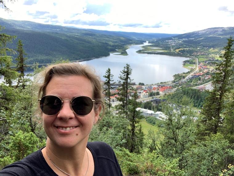 En kvinna med en utsikt över Åre i bakgrunden.