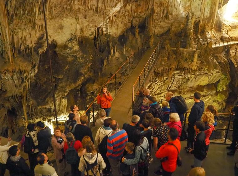 En grotta med en grupp människor.