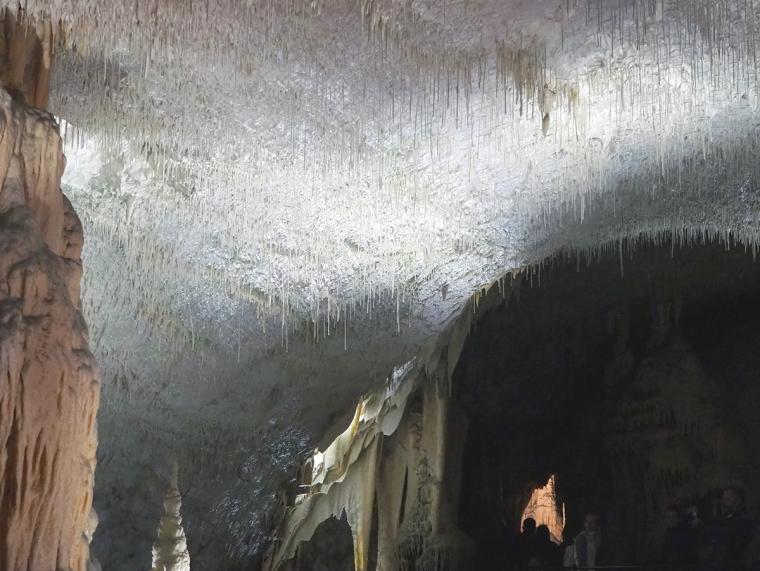 Vita stalagtiter i taket.