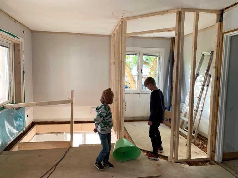 Två barn i ett bygge.