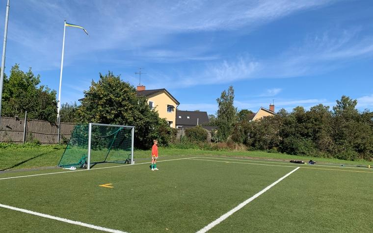 Ett barn ensamt på en fotbollsplan