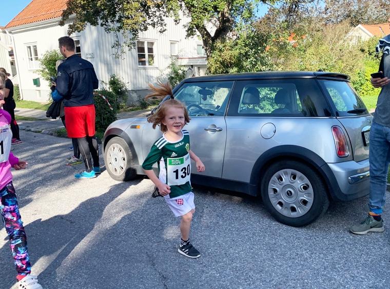 Ett barn som springer på en gata.