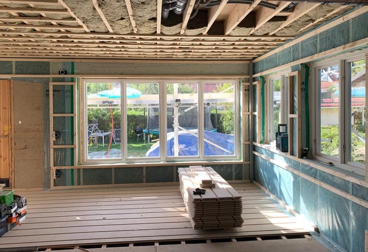 En byggarbetsplats med ett stort fönsterparti.