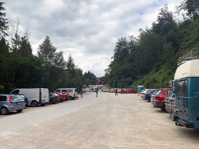 En parkeringsplats med bilar.