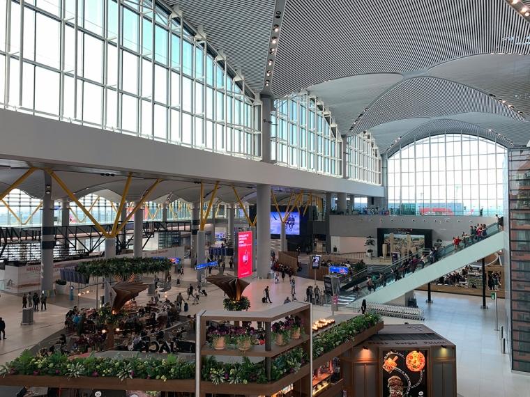en flygplatsbyggnad full med människor.