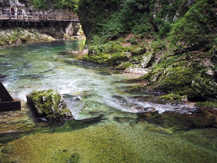 Vatten där man ser alla stenar på botten.