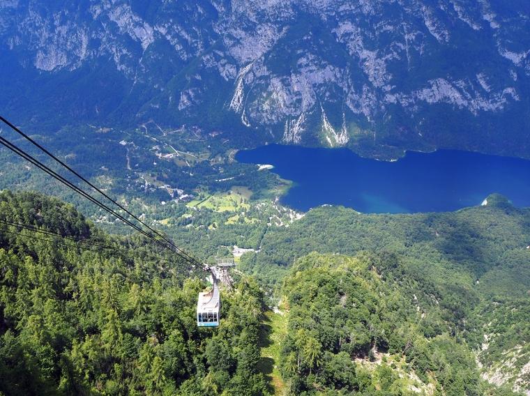 Kabinbanan sedd uppifrån med dalen och sjön i bakgrunden.