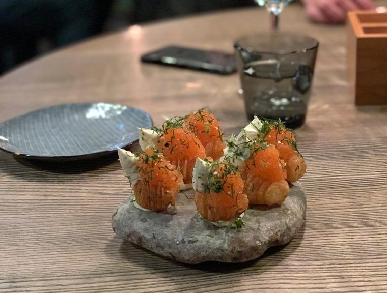 Ett stenfat med 6 små potatisare med löjrom och smetsana.