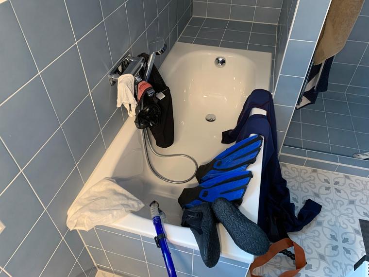 Ett badkar fullt med dykutrustning.