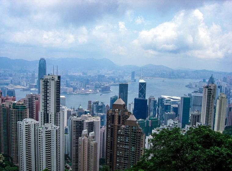 Utsikt över skyskrapor och vatten.