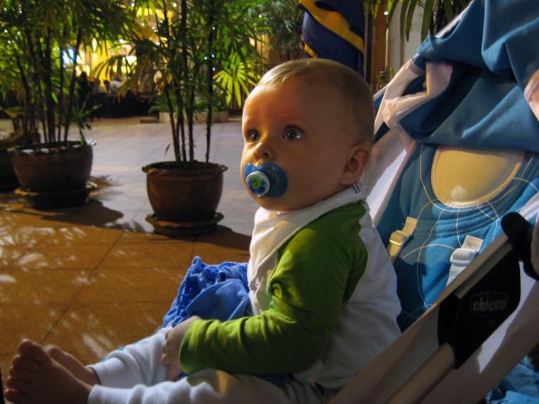 Ett barn i en barnvagn.