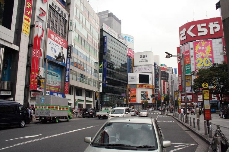 En trafikerad gata.