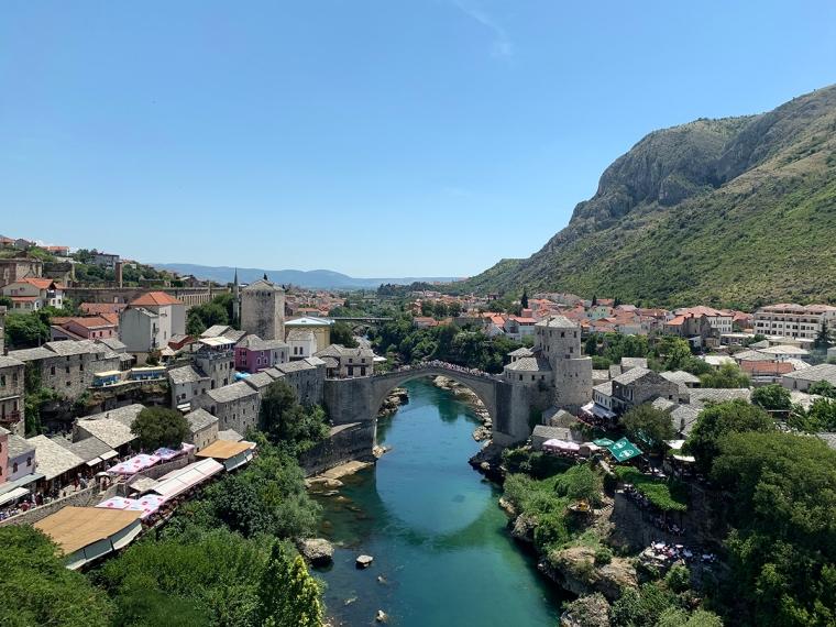 En bro fotograferad uppifrån med gammal bebyggelse på båda sidor.