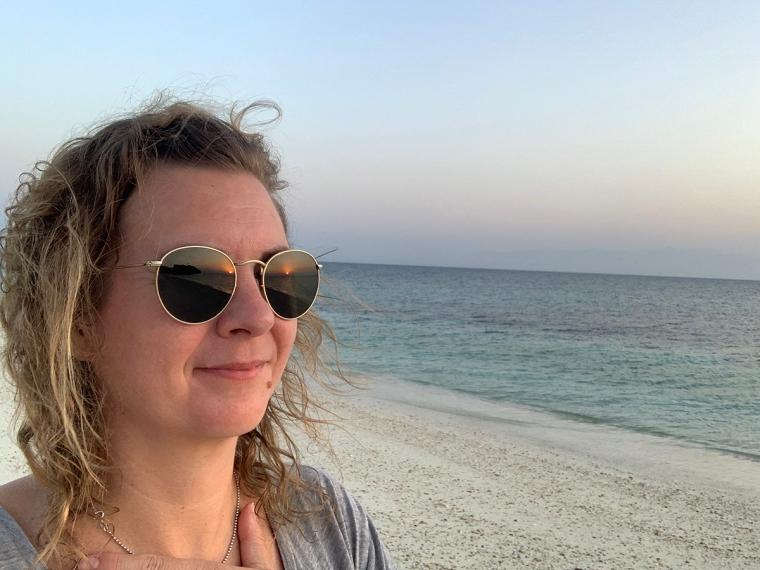 En kvinna på en öde strand.