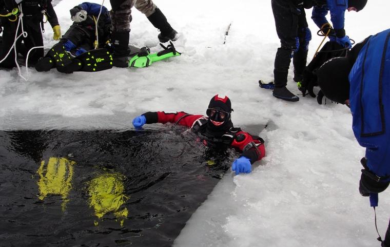 En dykar i en isvak.