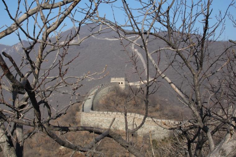 En mur som ringlar sig bort över berget.