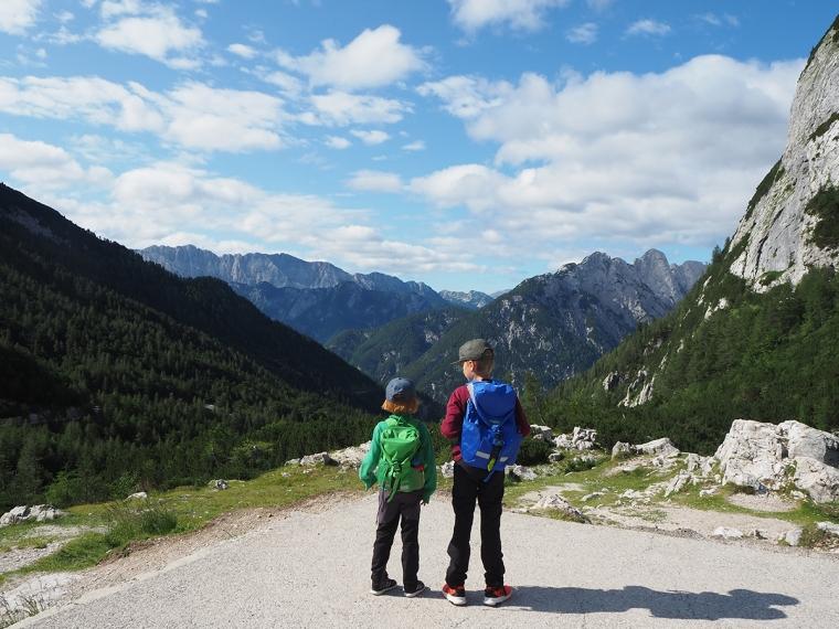 Två barn blickar ut över ett bergsmasiv.
