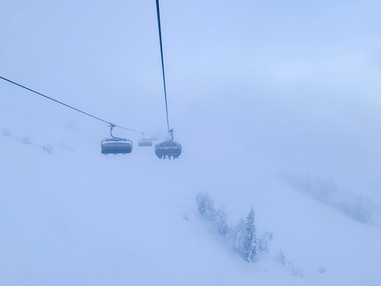 Stolsliftar som åker in i dimman.