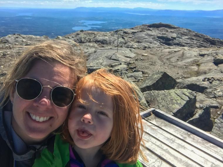 En kvinna och ett barn på ett berg.