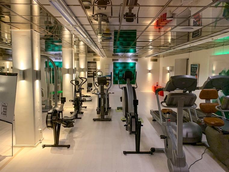 Ett lite gym med några maskiner.