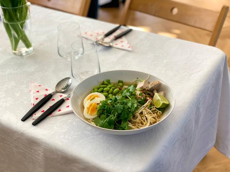 En tallrik med Ramen-soppa.