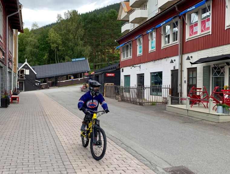 Ett barn på en downhill-cykel.