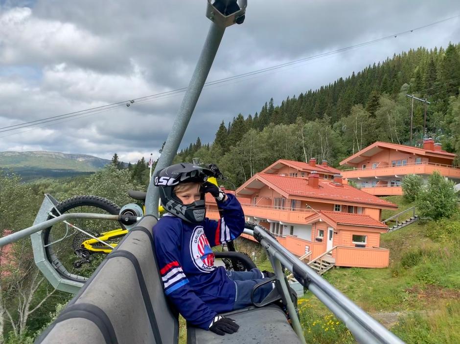 Ett barn och en cykel i en sittlift.