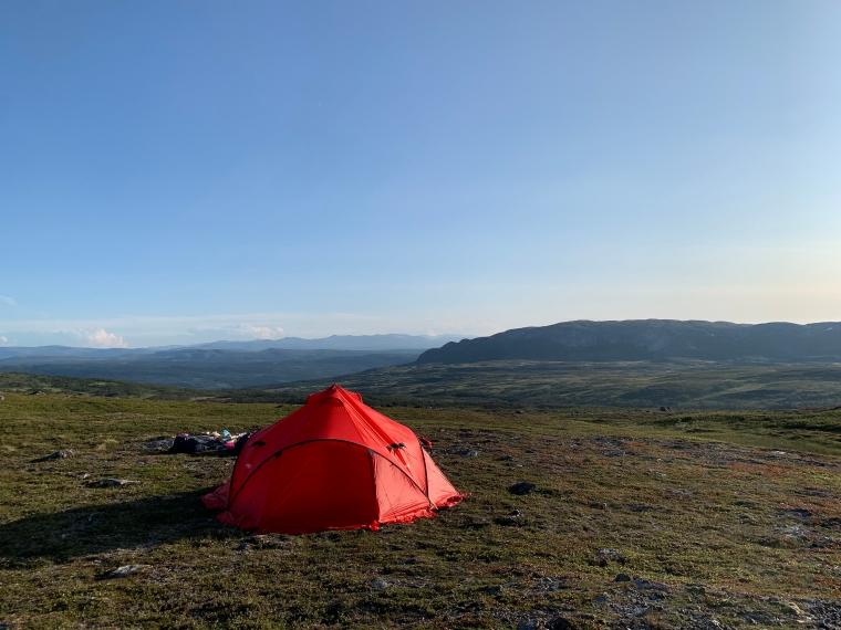 Ett rött tält med milsvid utsikt.