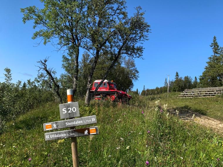 En stolpe med texten S20, Stendalen 1,7 km och Ullådalen 0,2 km.