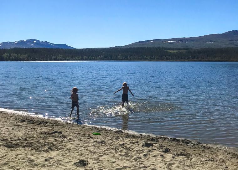 Två barn leker i vattnet.