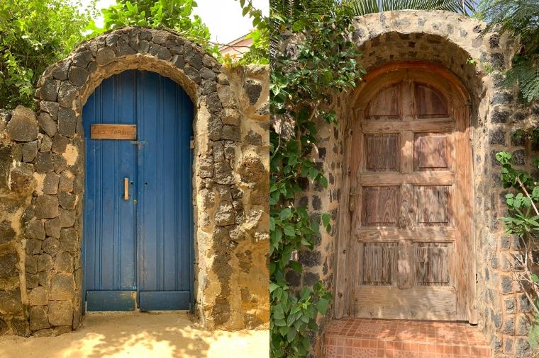 En blå dörr och en trädörr.