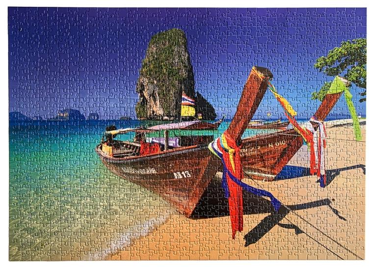 Ett pussel med en strand och 4 long tail-båtar.