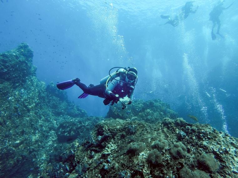 En kvinna som dyker.