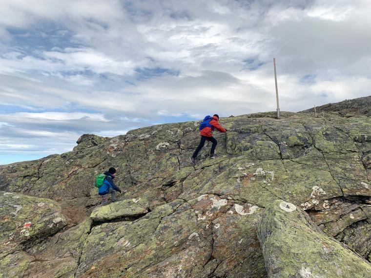 Två barn som klättrar på ett berg.