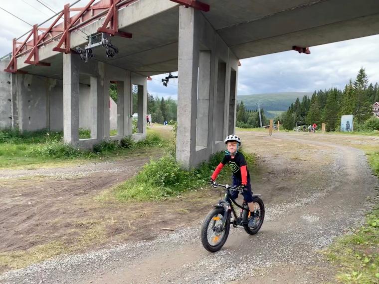 Ett barn på cykel.