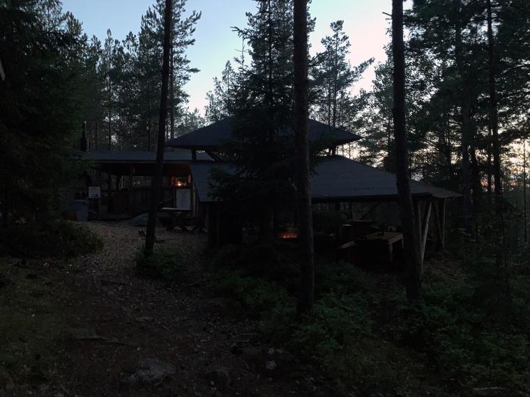 Ett mörkt utekök med ett par eldsflammor.